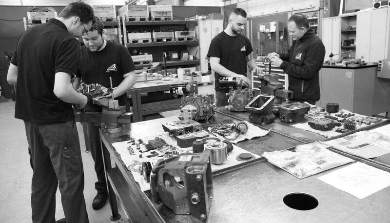 Equipe qui répare vos pompes et moteurs à pistons Kawasaki
