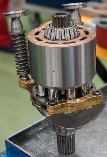 Moteur hydraulique Linde à pistons en réparation
