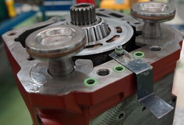 Gros plan sur un moteur à pistons hydraulique Linde
