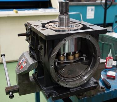 Réparation d'un moteur hydraulique à pistons Sauer Danfoss Sundstrand